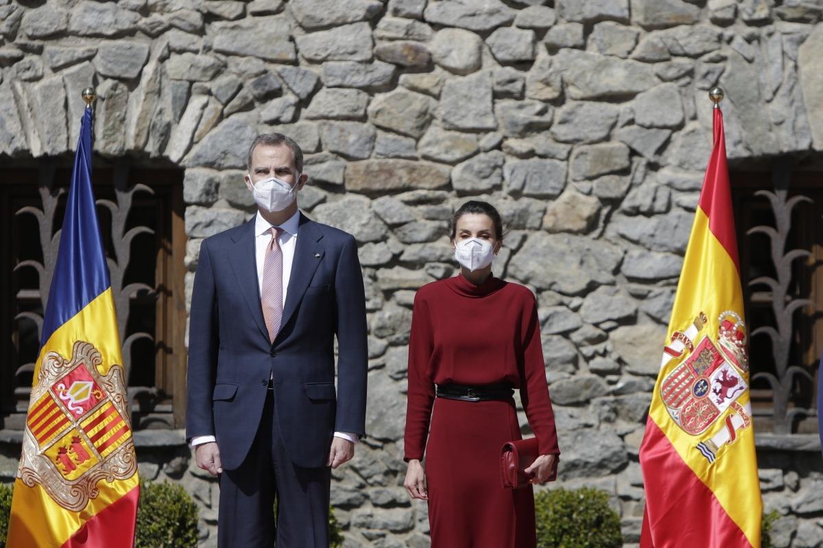 Els reis Felip i Letizia escolten els himnes nacionals d'Espanya i d'Andorra, ahir davant de Casa de la Vall.