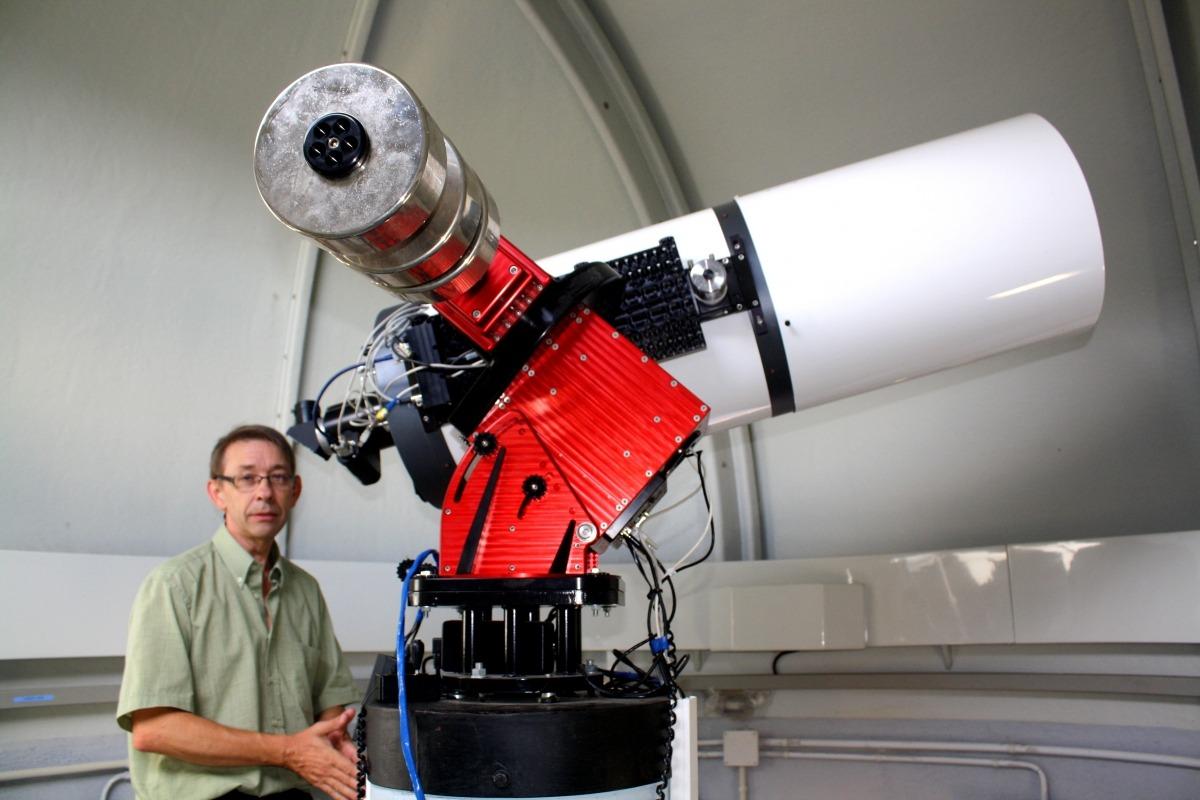 L'astrònom català, enfilat al telescopi del Centre d'Observació de l'Univers, al Parc astronòmic Montsec.
