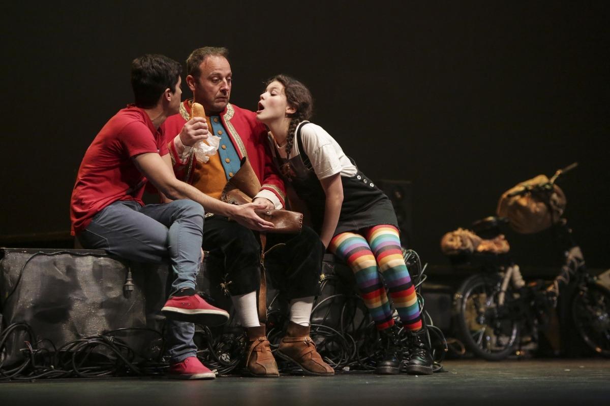 Jeremies (Jordi Papió), entre Lluquet (Ivan Duran) i Farigola (Marta Pelegrina), lluitant per una mossegada d'esmorzar.
