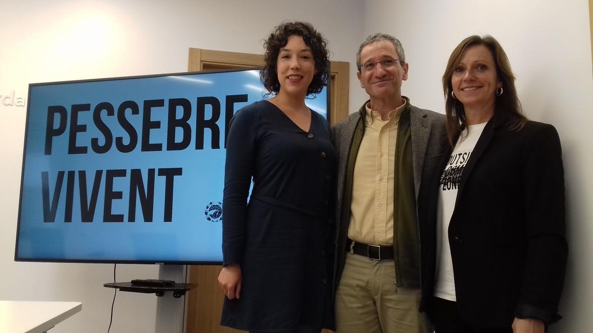 El conseller Benchluch, entre les directores, Cristina Pericas i Mireia Codina.