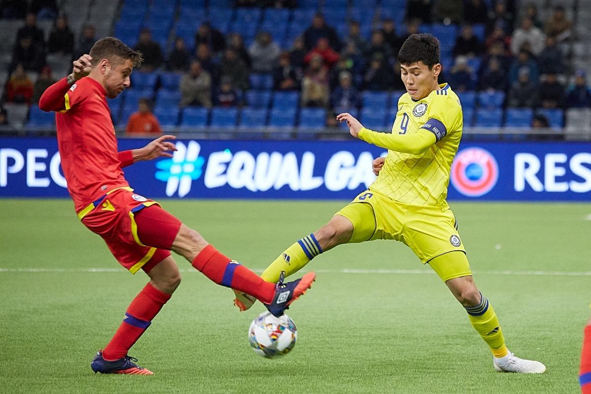 El migcampista de la selecció, Marc Rebés, lluita per la possessió de la pilota amb Bauyrzhan Islamkhan.
