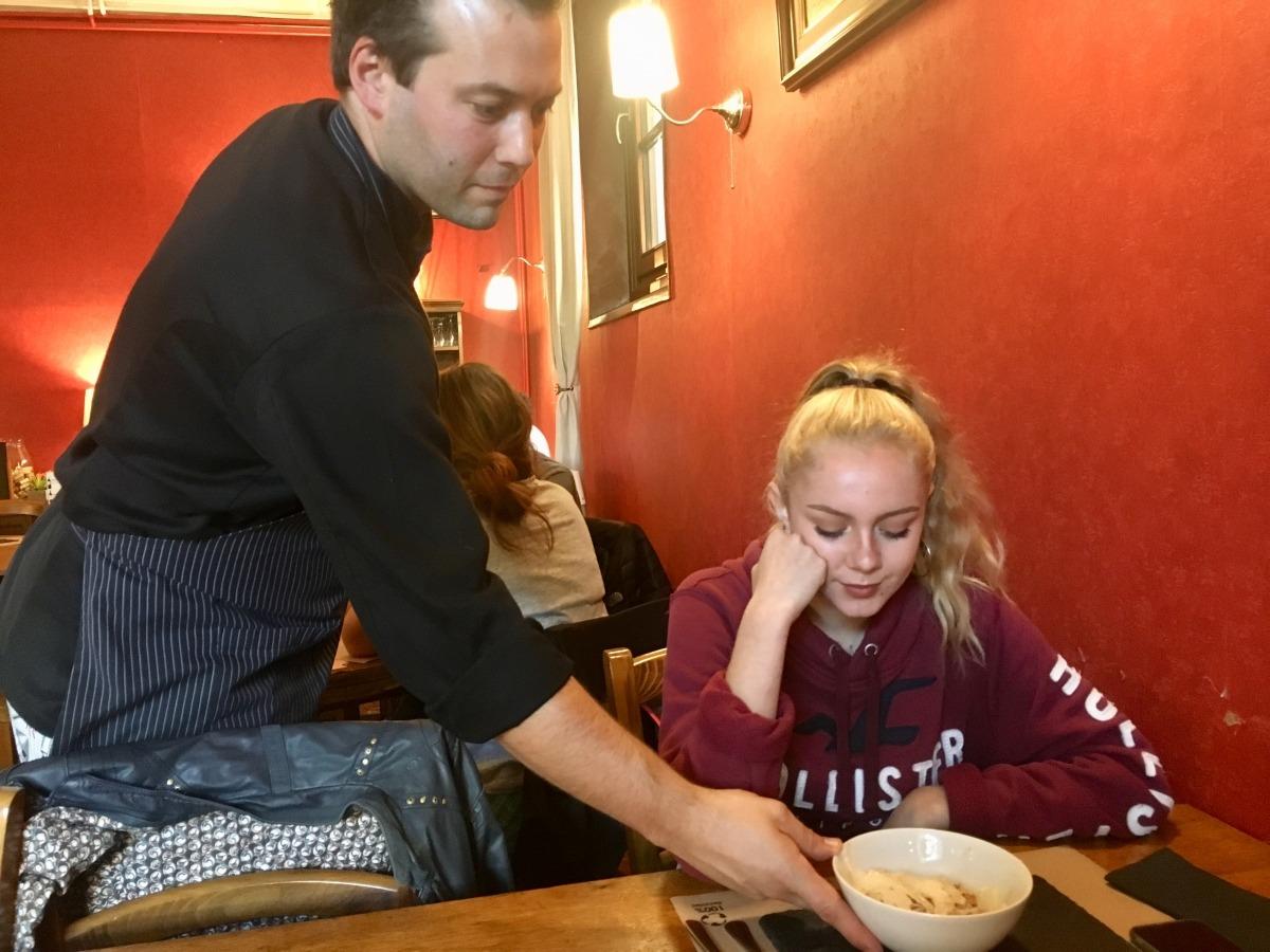 Un dels restauradors participants a les jornades prepara un plat.