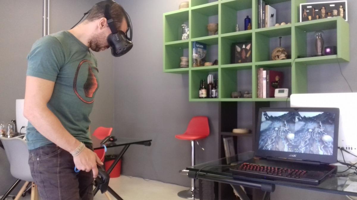 Gerard Remolins, amb les ulleres de realitat virtual, manipula el comandament amb què 'passeja' pel jaciment de Soldeu.