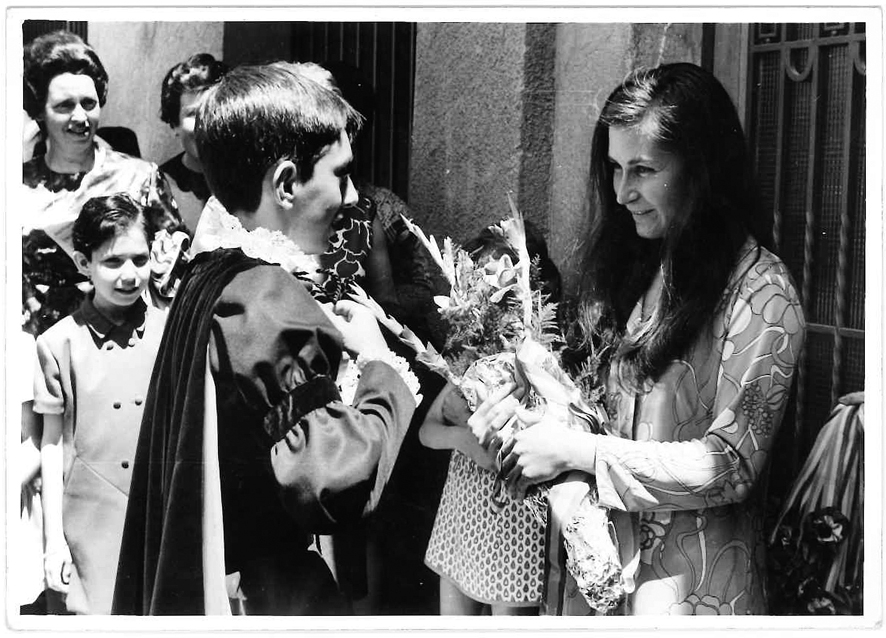 Josep Maria Tejero entrega el ram de 'madrina' a Montserrat Rebés, a la porta de casa Guillemó.
