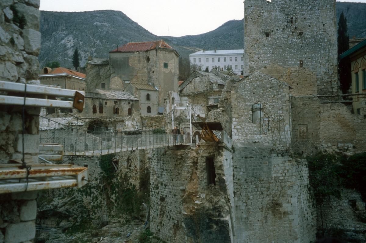 El pont de Mostar, que datava del segle XV, va ser volat el 9 de novembre del 1993 durant la guerra de Bòsnia.