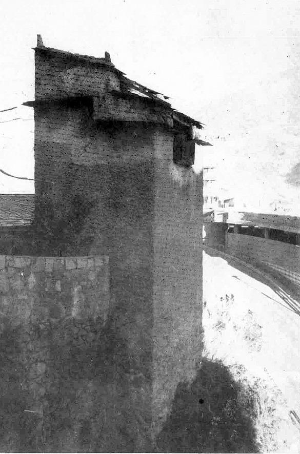 El colomer de casa Mateu, als anys 70, abans de l'incendi que en va destruir el llosat.