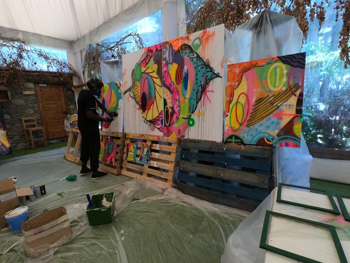 Leiga, al taller, preparant l'obra que exposa al Mama Maria de la capital.