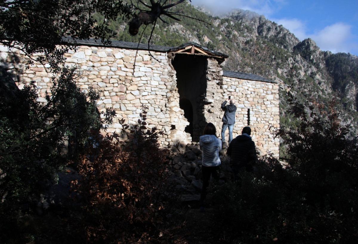 Xavier Llovera observa el forat que va deixar el campanar de Sant Vicenç d'Enclar.