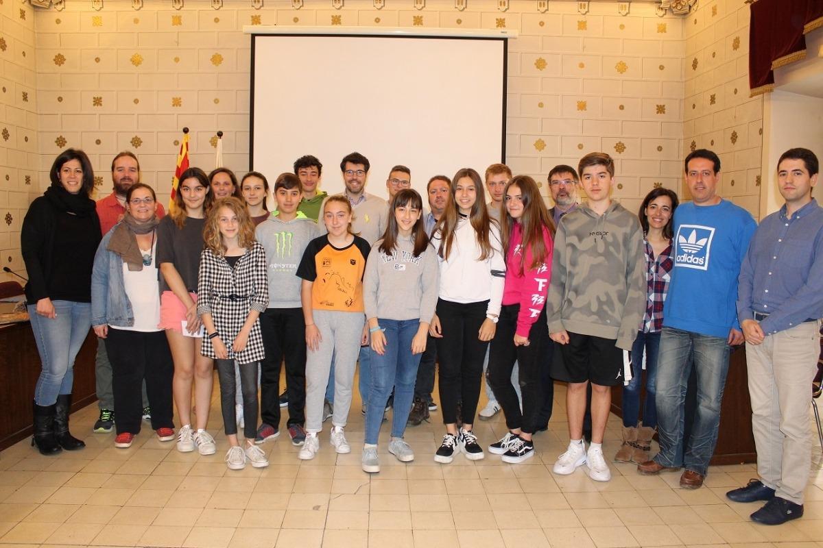Les autoritats de la Seu amb els adolescents.