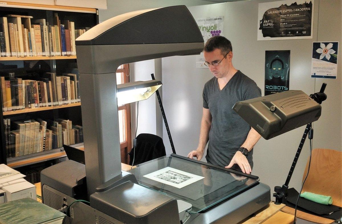 Tècnics de l'empresa Vonfra han digitalitzat les últimes setmanes llibres i documents de la Biblioteca Nacional.