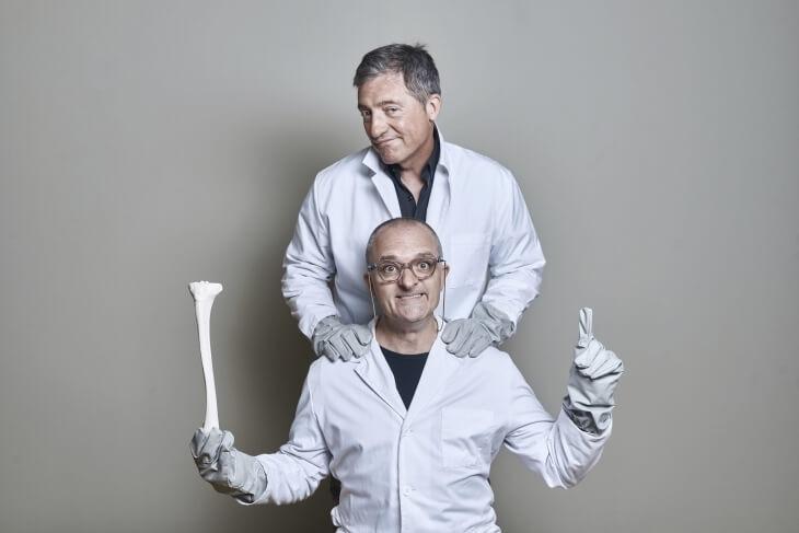 Toni Albà, a baix i amb fèmur, i Fermí Fernandes, protagonistes d''Ossos', demà al Claror lauredià.
