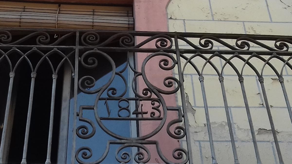 L'any de construcció de cal Cintet, en un dels balcons de ferro forjat del primer pis.