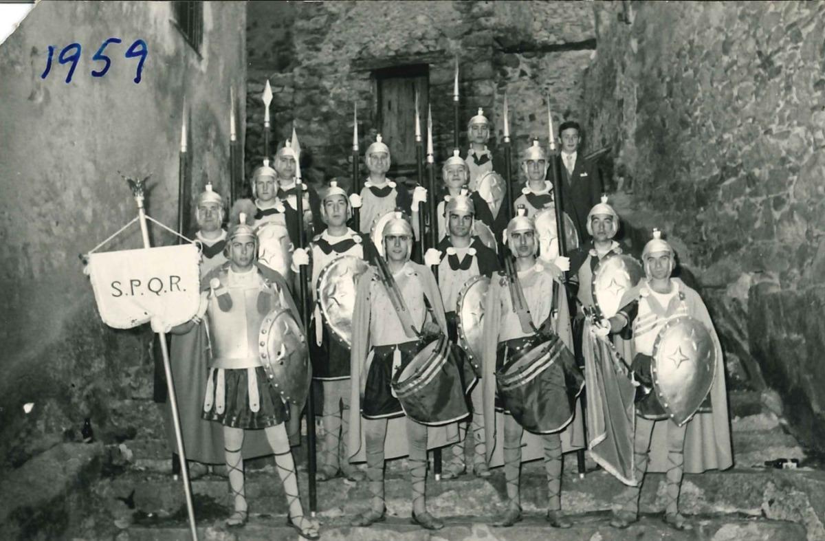 Els armats del 1958, davant de cal Coletes, i del 1959, a les escales de Casa de la Vall (Arxiu parroquial d'Andorra la Vella).