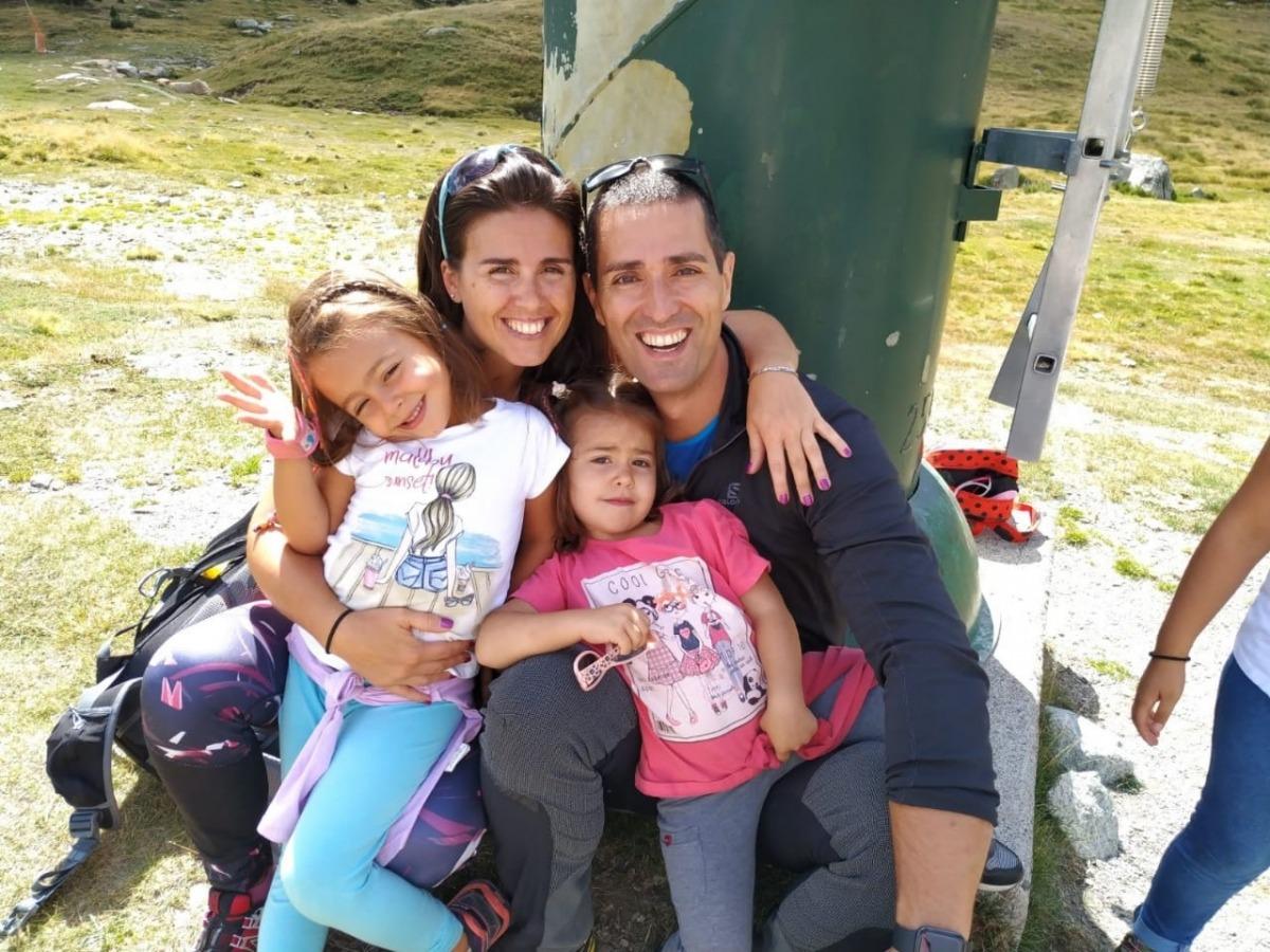 La candidata d'En Comú, Laura Mas, amb la seva família.