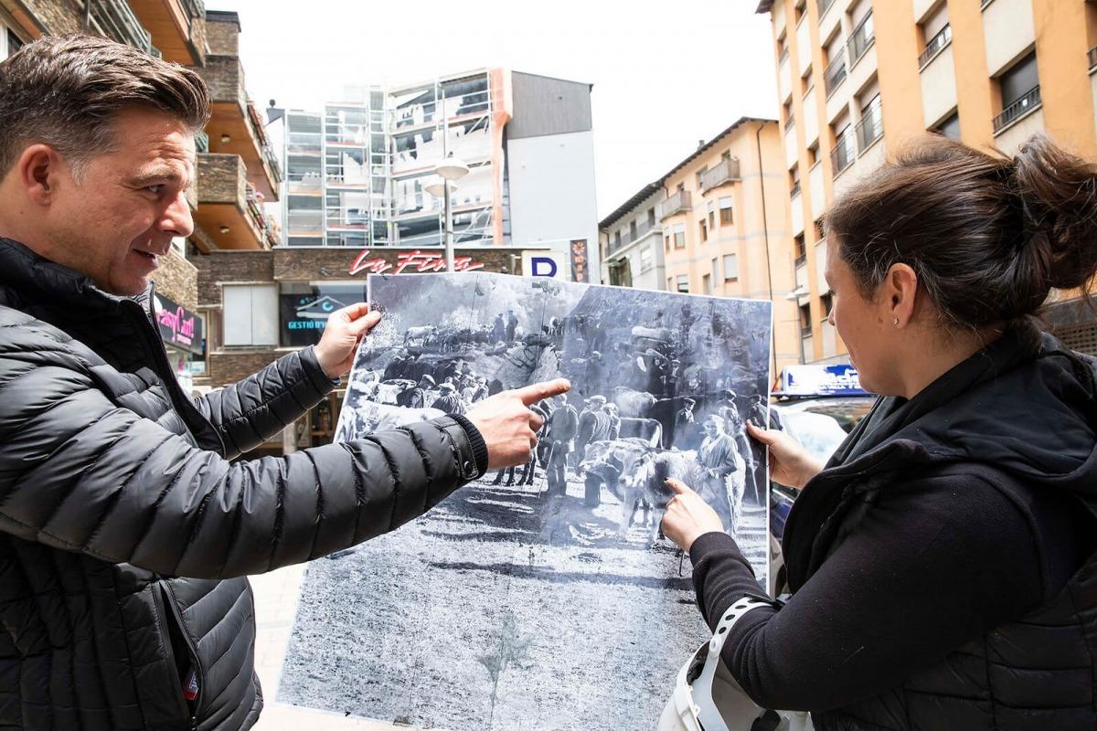 Bosque i el cònsol menor de la capital, Marc Pons, observen el muntatge a partir de fotografies de Guillem d'Areny-Plandolit que l'artista va començar la setmana passada.