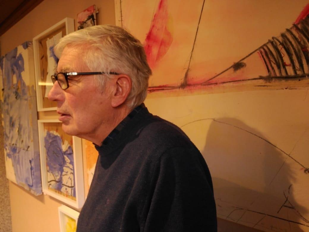 Valdés, davant de l'obra que dona títol a la sèrie que exposa a l'hotel AnyósPark.