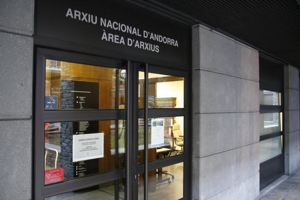 Vista de l'entrada a l'Arxiu Nacional.