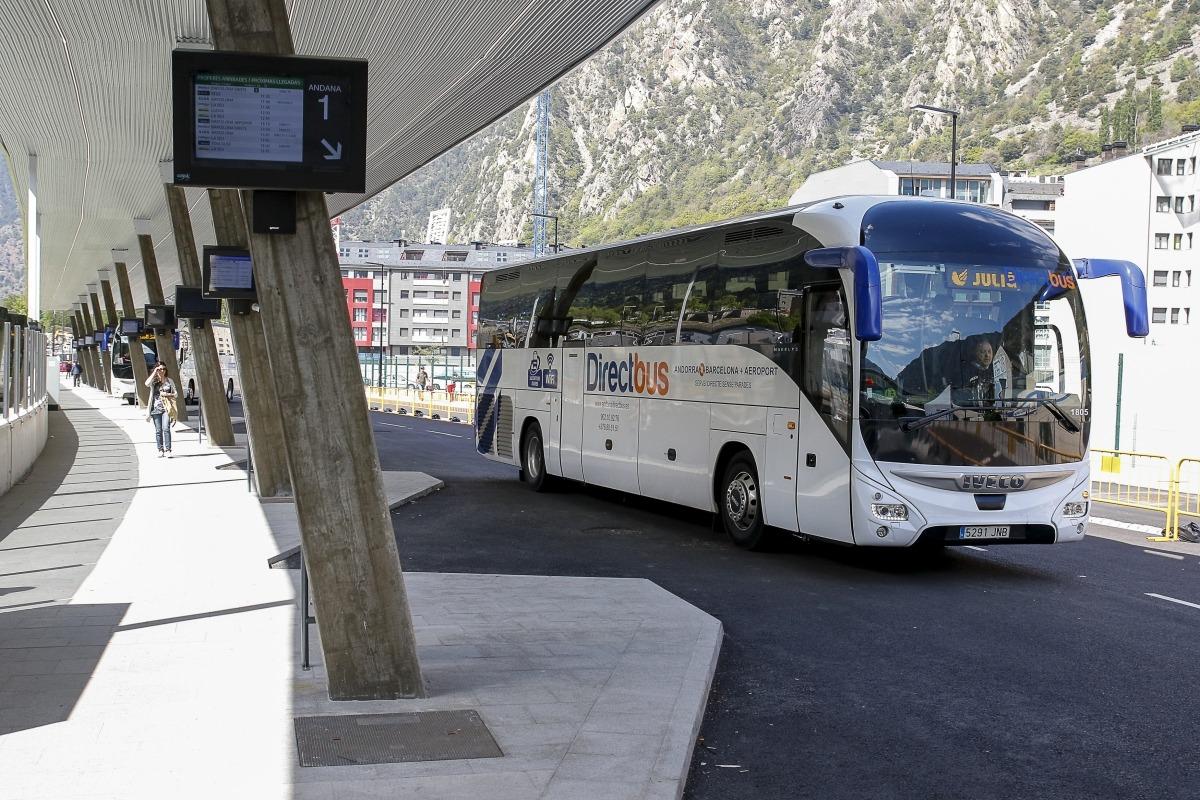Un vehicle marxa de l'Estació Nacional d'Autobusos.