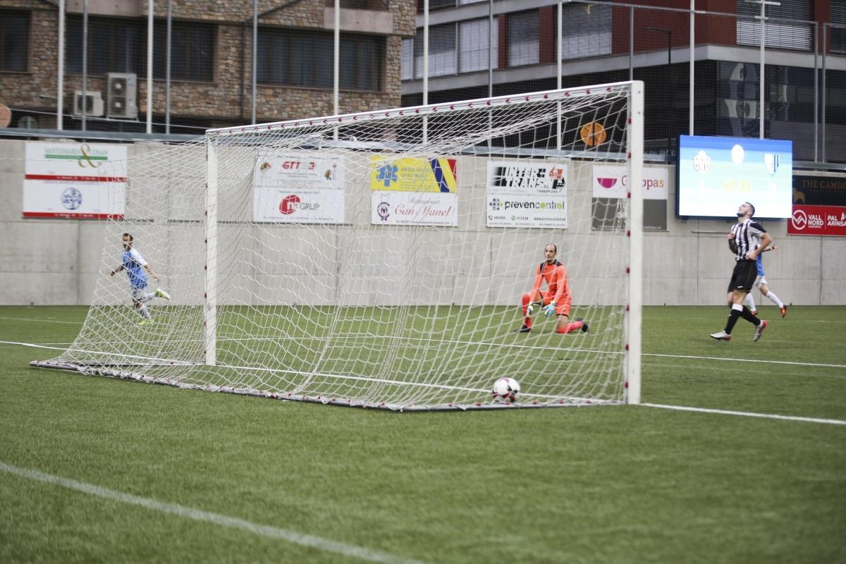 El davanter i màxim golejador de la lliga, Genís Soldevila, en el moment de marcar l'1 a 3 i superar el porter Jesús Coca.