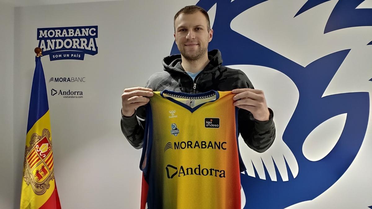 El nou fitxatge del BC MoraBanc, amb la seva nova samarreta. Foto: BC MoraBanc Andorra