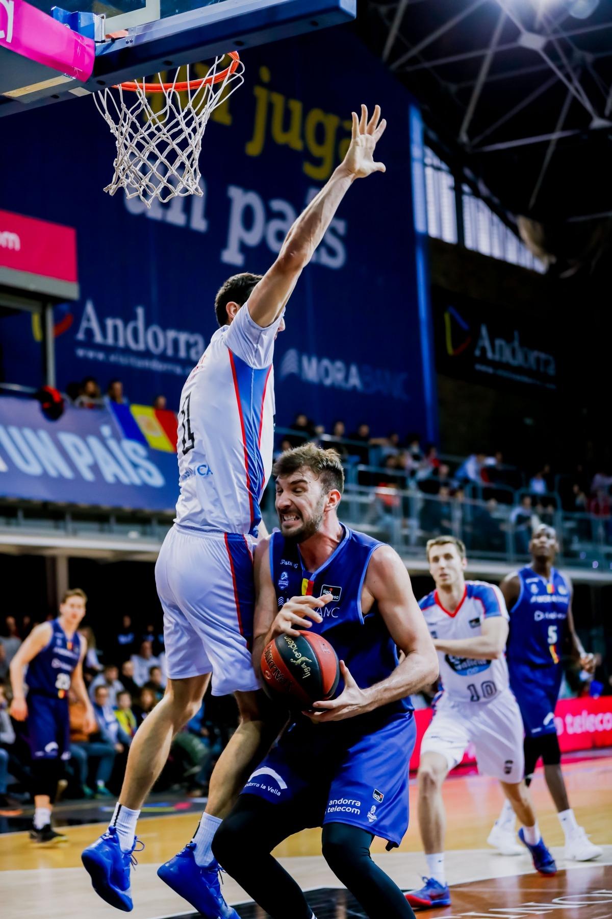 Dejan Musli, en una acció ofensiva defensat per Dejan Kravic, del Monbus Obradoiro.