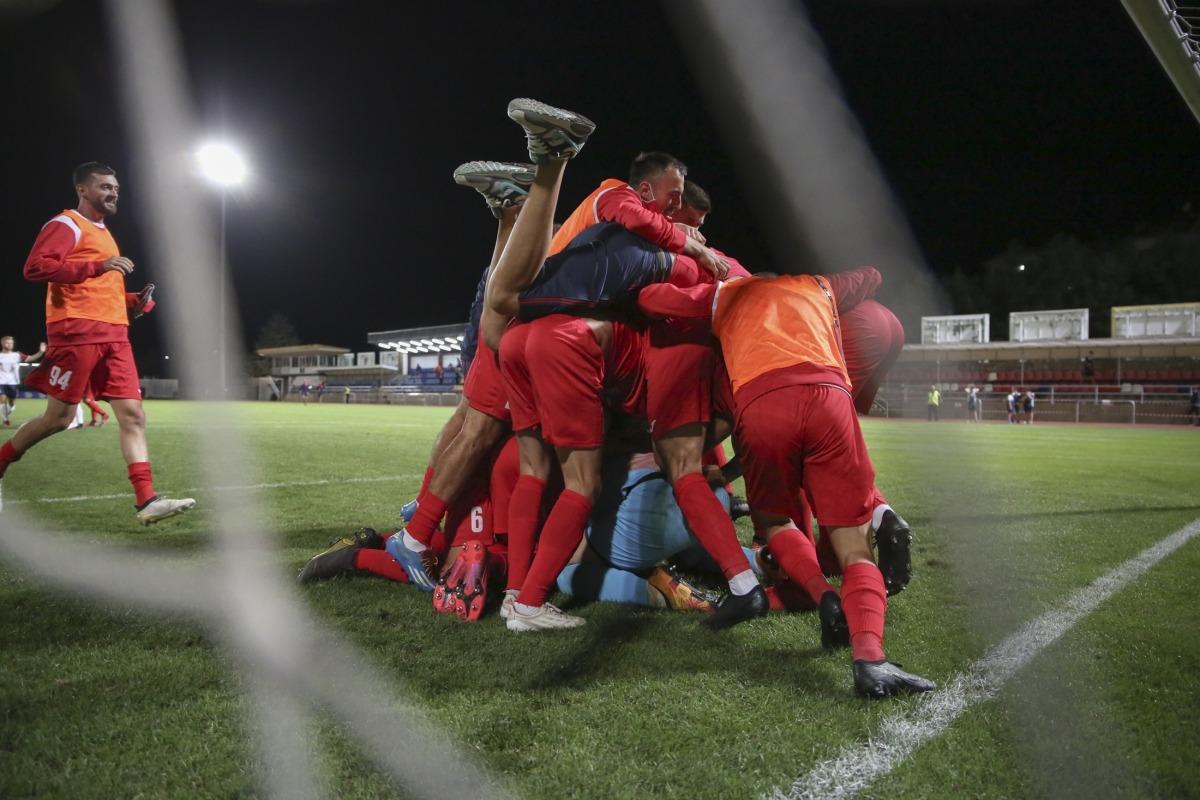 Els jugadors de l'Iskra celebren la classificació per a la primera ronda de l'Europa League.