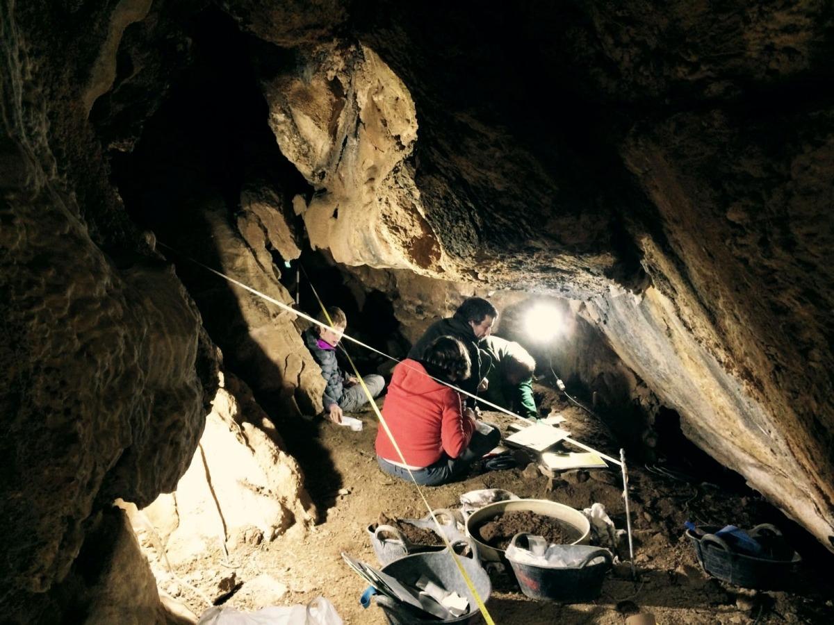 Restes d'un individu i una eina trobades a l'interior de la Cova de l'Home Mort.