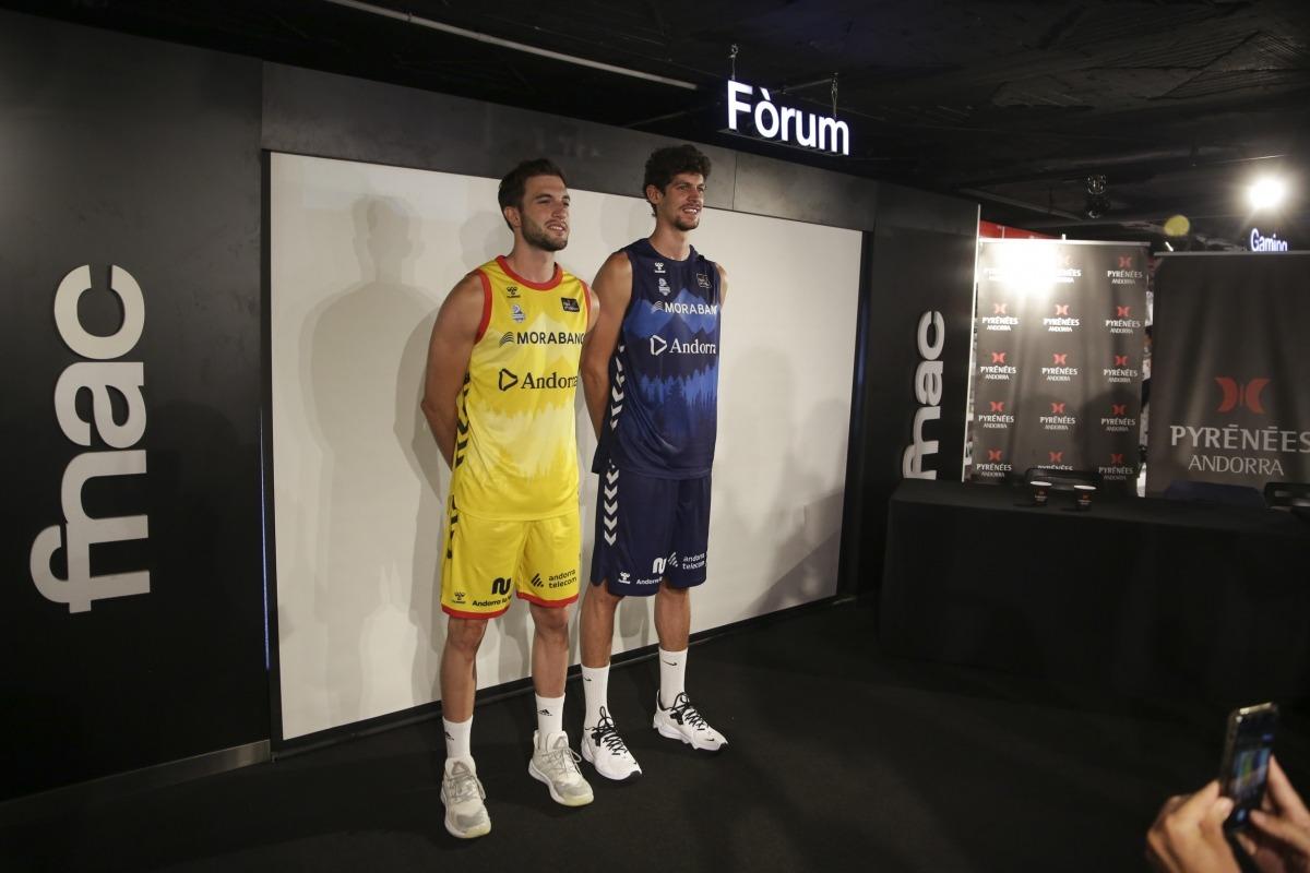 Sergi García i Oriol Paulí amb la nova equipació del MoraBanc Andorra.