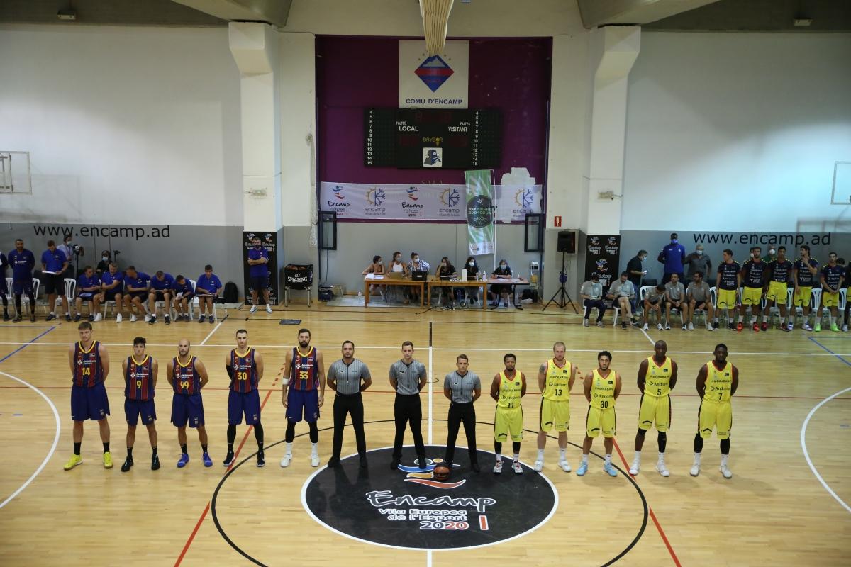 Els jugadors dels dos equips a l'inici del partit.