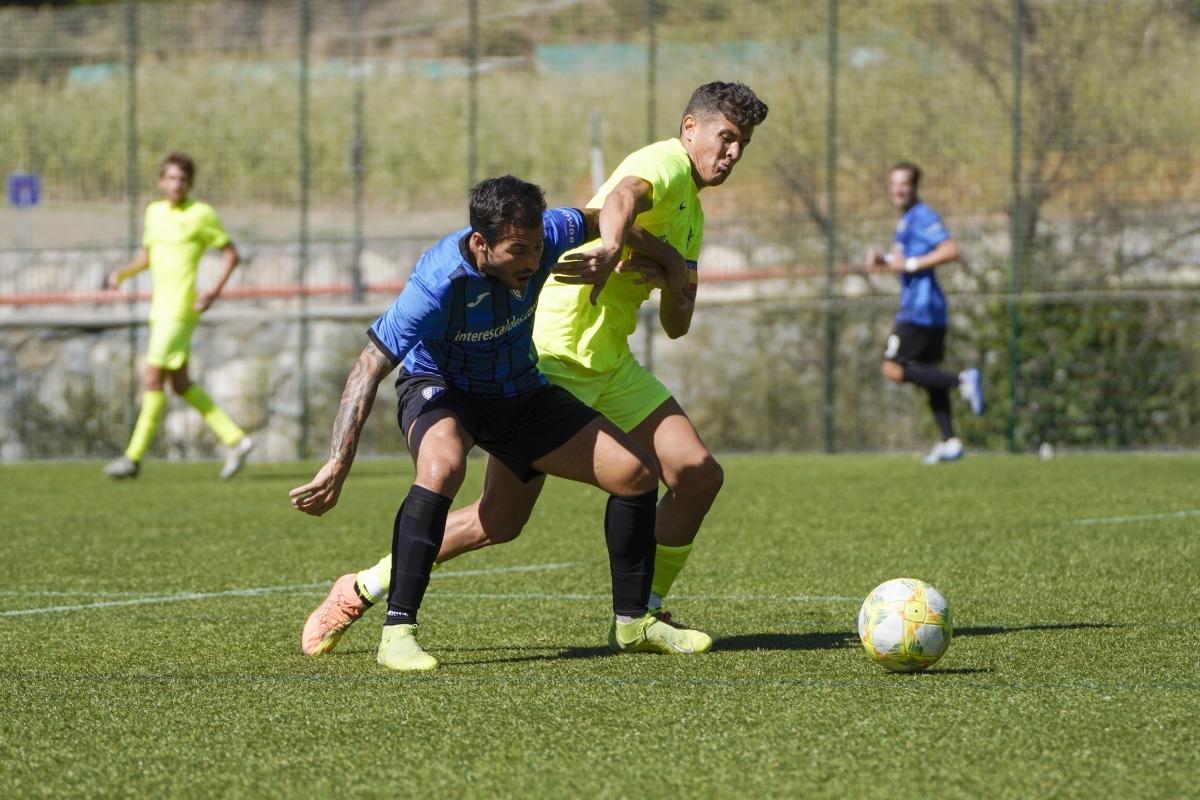 Genís Soldevila, de l'Inter, lluitant per la possessió, amb Rubén Bover, de l'FC Andorra.
