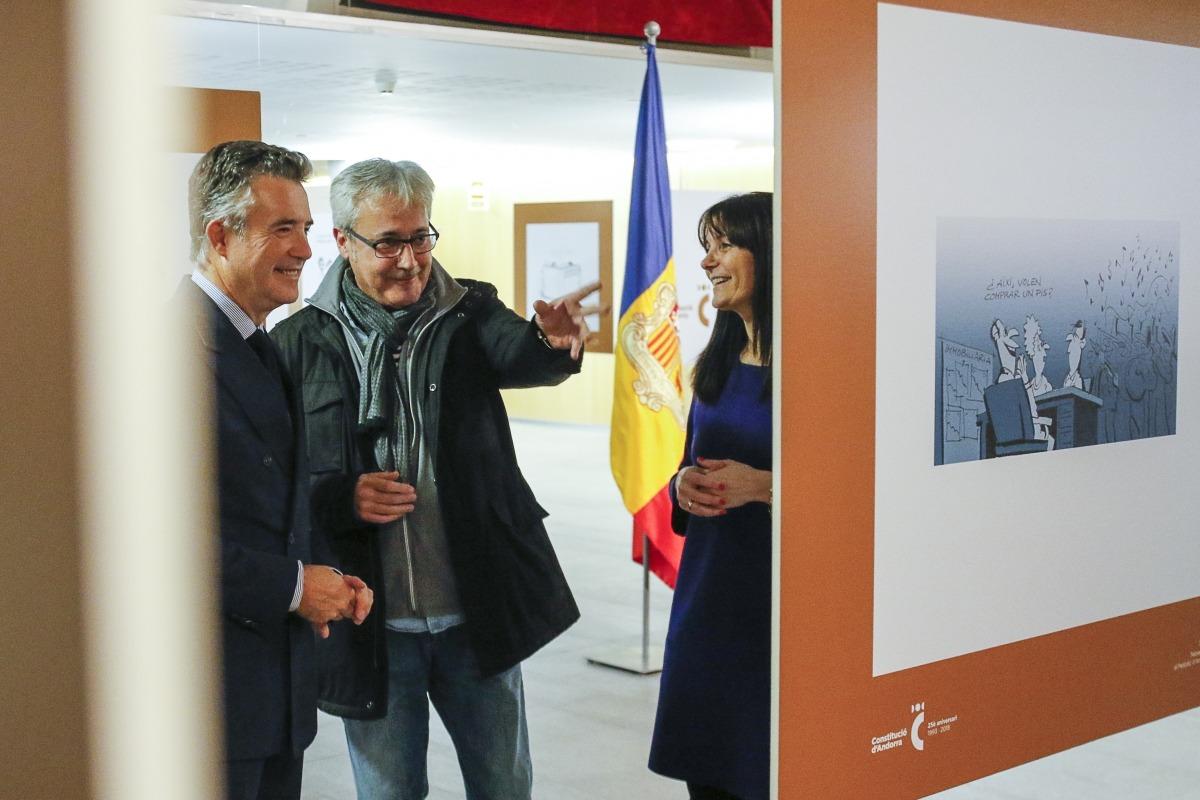 Raül, un dels tres ninotaires de l'exposició '25 anys i un dia', comenta una de les vinyetes amb els síndics, Vicenç Mateu i Mònica Bonell, en la inauguració d'aquesta tarda.