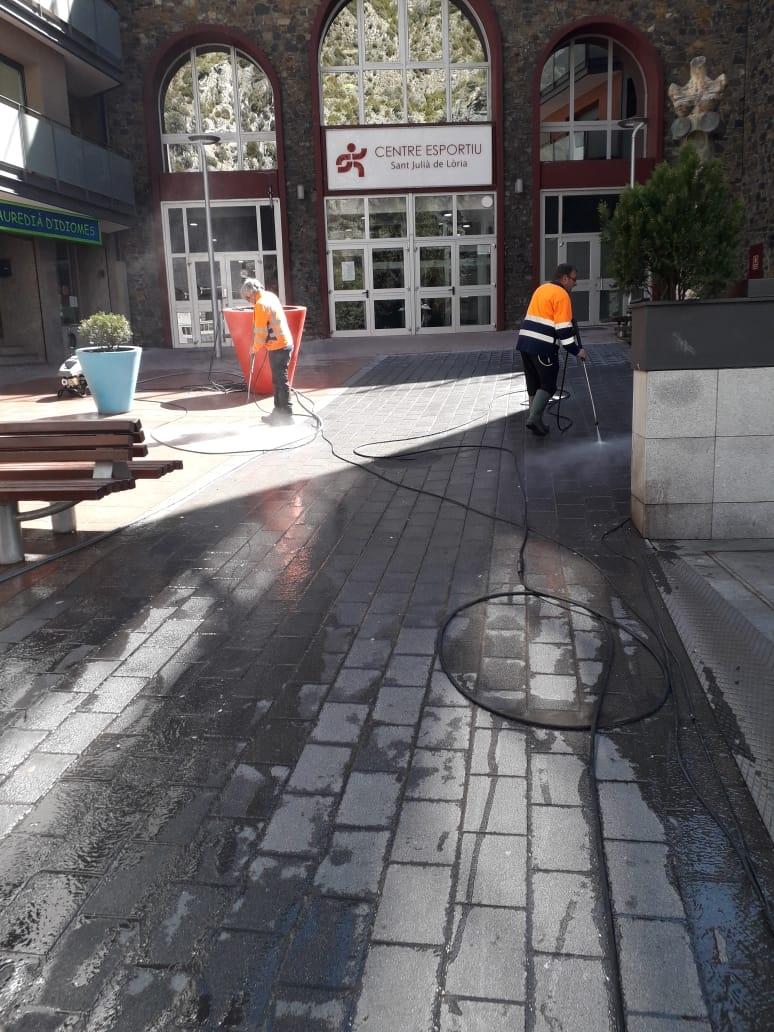 L'estat dels carrers de Sant Julià de Lòria mentre es duen a terme tasques de neteja.