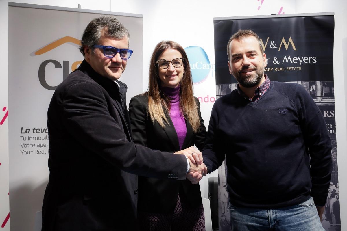 Guillermo Cervera, la ministra Sílvia Riva i Ferran Naudi, en nom de CISA, van firmar ahir un conveni que els vincula per sis anys.