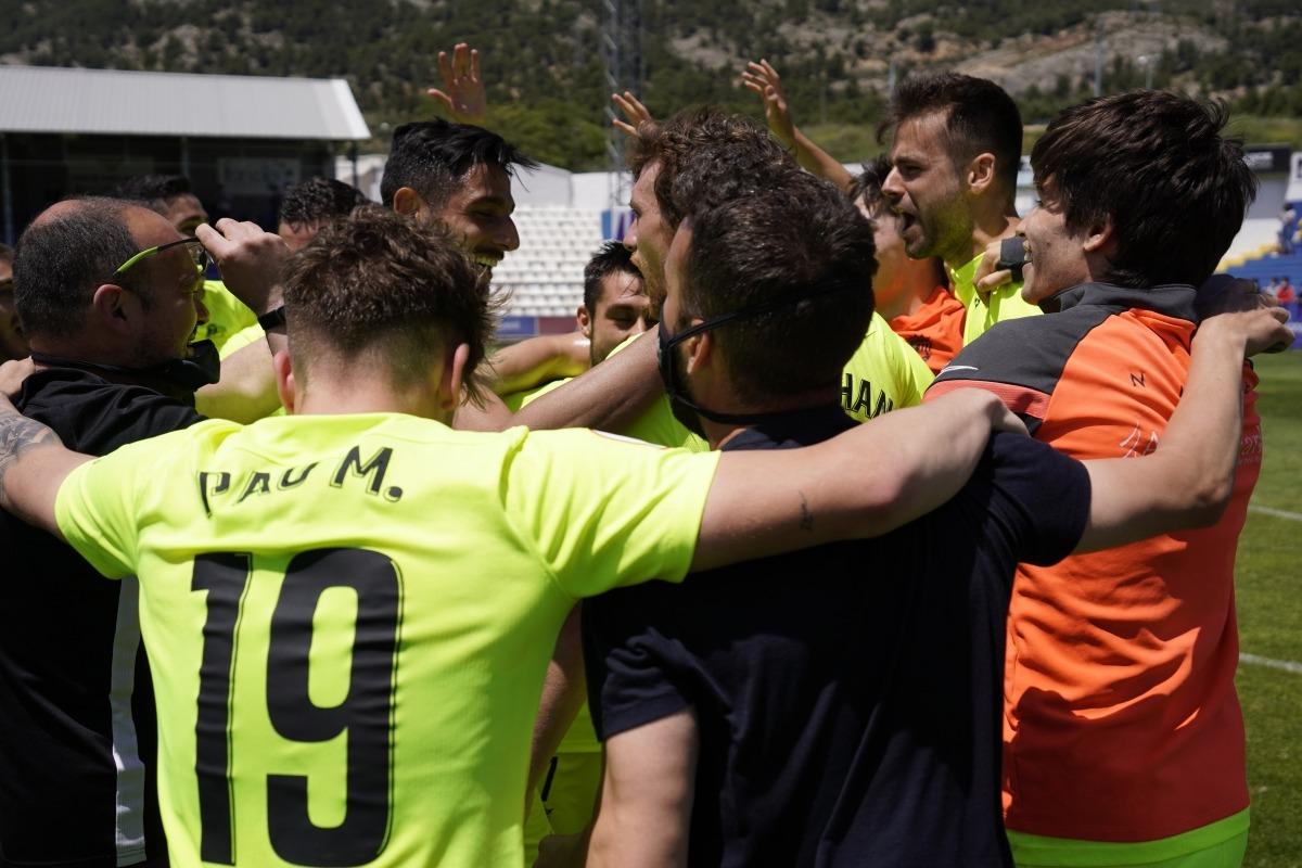 Els jugadors de l'FC Andorra i el cos tècnic van celebrar ahir a El Collao la classificació per disputar el 'play-off' d'ascens. Foto: FC Andorra