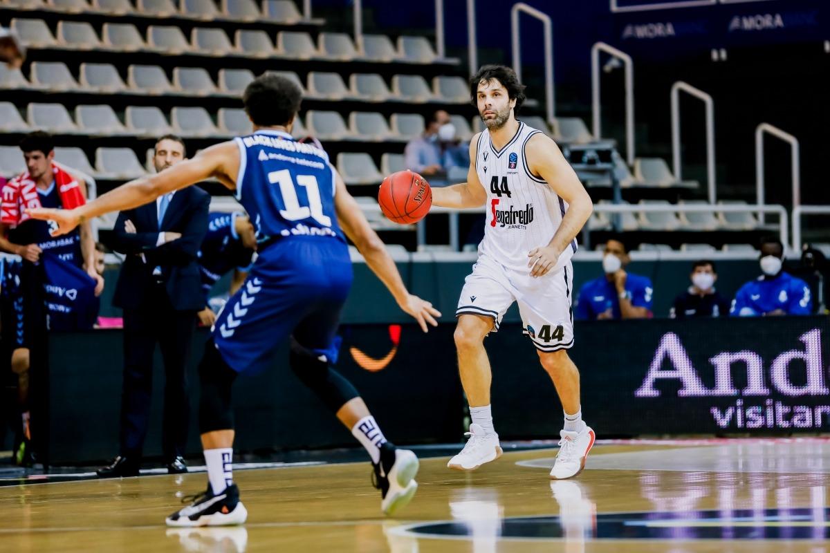 Milos Teodosic defensat per Clevin Hannah. Foto: Martín Imatge