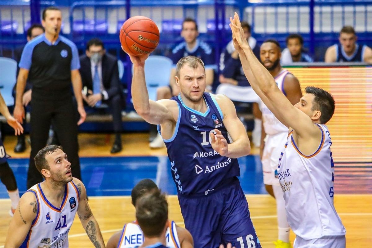 El pivot bielorús del BC MoraBanc, Artsiom Parakhouski, va anotar 12 punts i va capturar 7 rebots contra el Mornar Bar. Foto: Photo Mornar