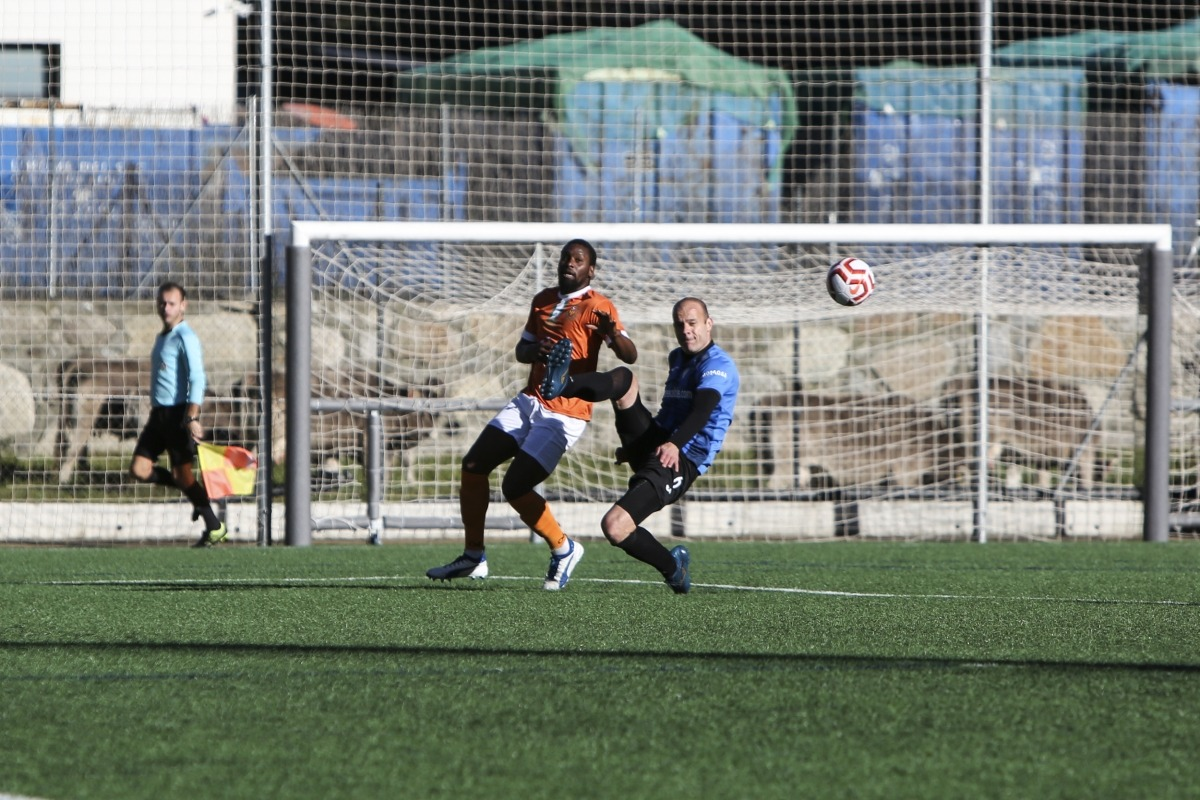'Bacari' lluita per la pilota amb un altre ex-Espanyol, Ilde Lima. Foto: Facundo Santana