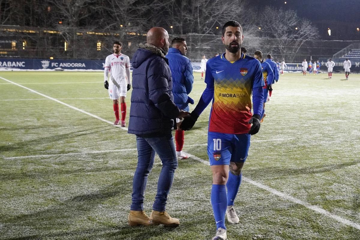 El tècnic de l'FC Andorra, Nacho Castro, saluda al final del partit contra el Lleida Esportiu al davanter Carlos Martínez. Foto: FC Andorra
