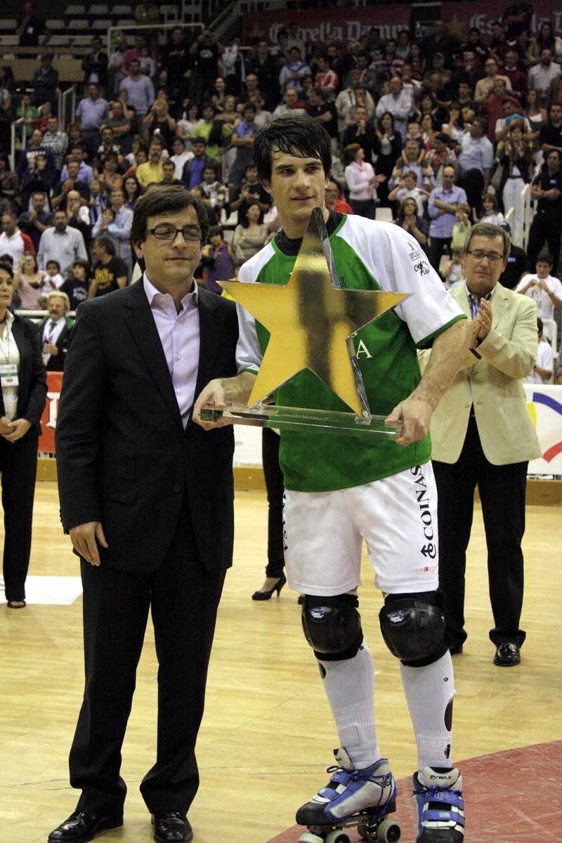 Jordi Cinca va entregar el premi d'MVP de la fase final a l'argentí Pablo Álvarez. Foto: FEP.ES