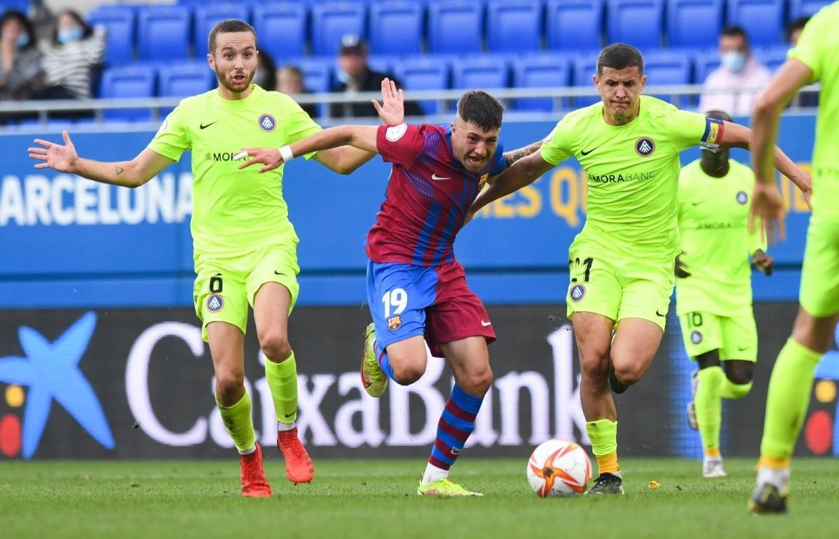 Antonio Aranda, del Barça B, marxa de Marc Aguado i Rubén Bover. Foto: FC Barcelona