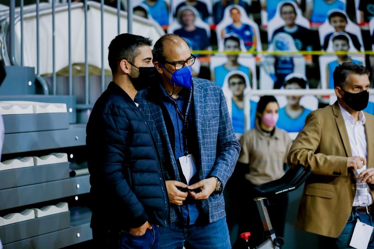 Francesc Solana, director esportiu del BC MoraBanc, xerra abans del partit contra el Barça amb Juan Carlos Navarro. Foto: ACB Photo / Martín Imatge