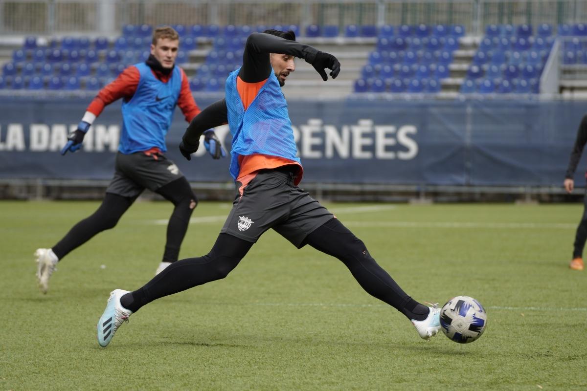 Mickaël Gaffoor, central de l'FC Andorra, en l'entrenament d'ahir a Prada de Moles. Foto: FC Andorra