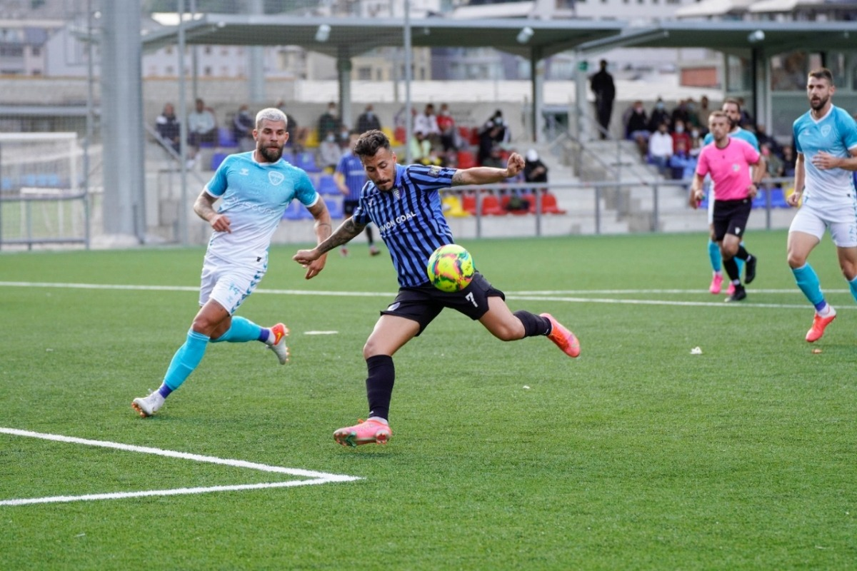Genís Soldevila defensat per 'Moi'. Foto: Interescaldes.com