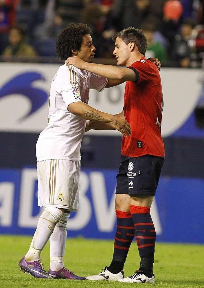 Jon Echaide, amb l'Osasuna, saludant Marcelo. Foto: LFP