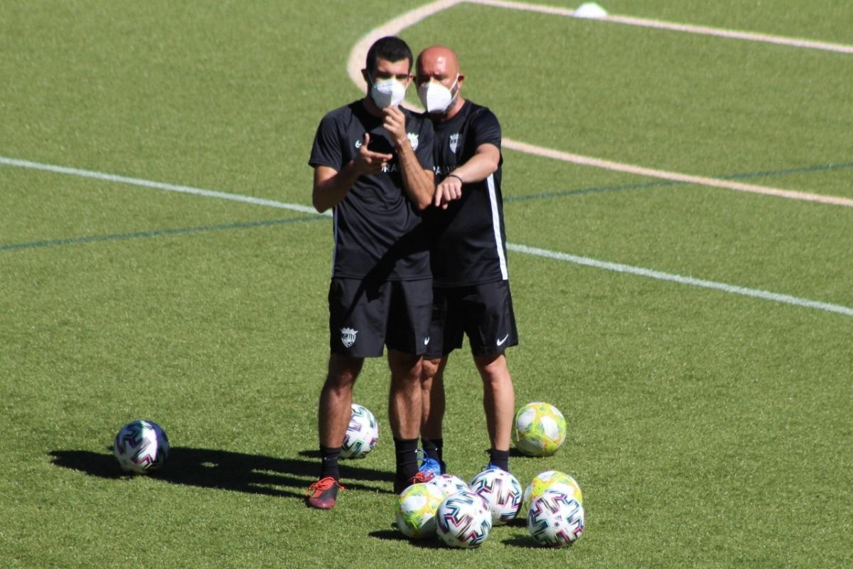 Nacho Castro conversa amb un membre del cos tècnic de l'FC Andorra. Foto: FC Andorra