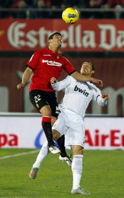 Pau Cendrós, amb el Mallorca, defensant Cristiano. Foto: LFP