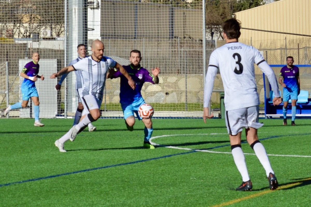 Sebas Gómez, jugador internacional de la UE Engordany, en una acció de l'últim partit dels escaldencs contra el CE Carroi. Foto: FAF
