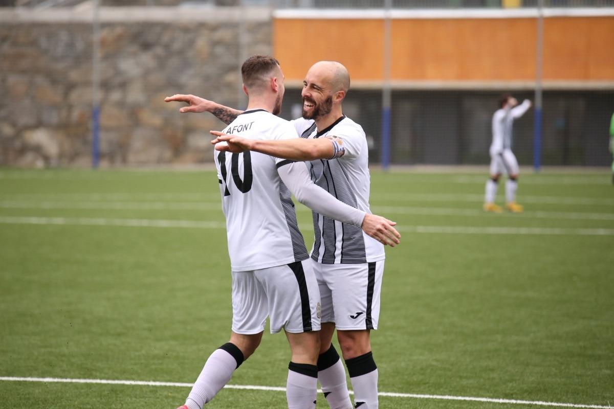 El capità de la UE Engordany, Sebas Gómez, celebra un gol amb el jugador francès, Morgan Lafont. Foto: UE Engordany