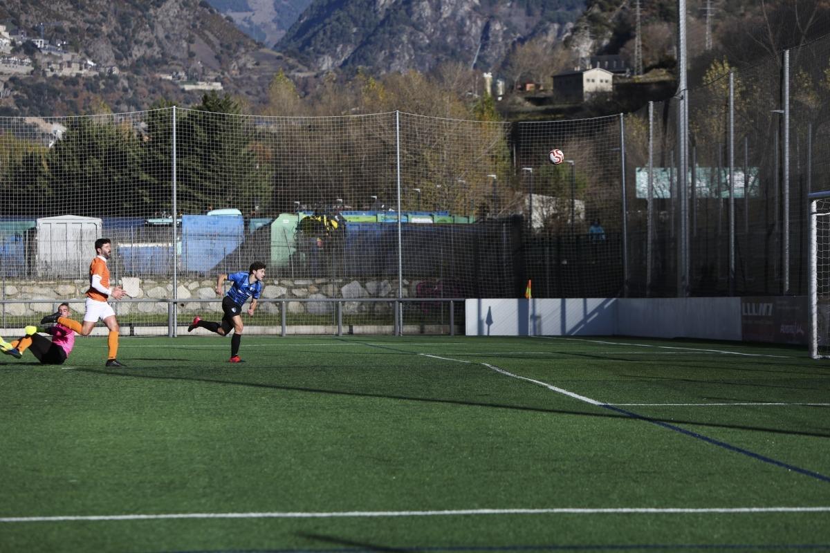 Jordi Betriu, en el moment de marcar de 'picadeta' el 2 a 1 a passada d'Ilde Lima. Foto: Facundo Santana