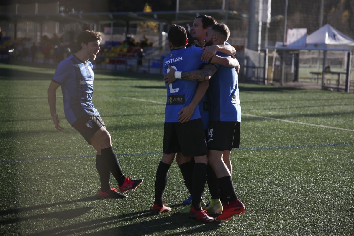 Els jugadors de l'Inter Club Escaldes celebren el 3 a 1 marcat per Genís de penal. Foto: Facundo Santana